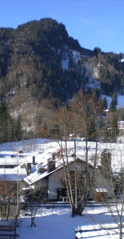 Blick vom Balkon zu den Bergen