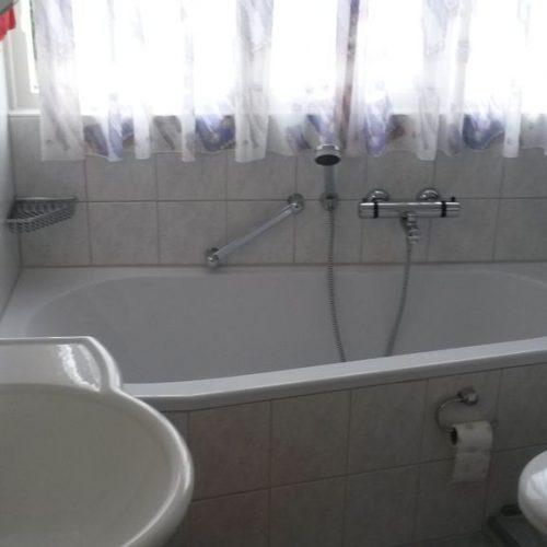 Das Bad mit Fenster mit Badewanne Dusche WC und Spiegelschrank