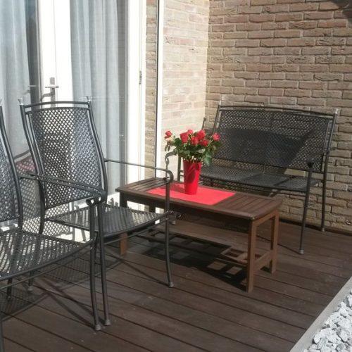 Ein sonniger Platz mit Blick auf den Garten