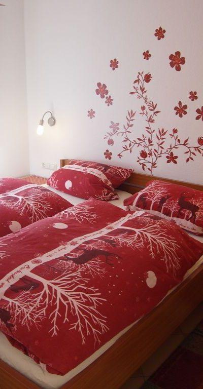 Schlafzimmer mit grossem Schrank
