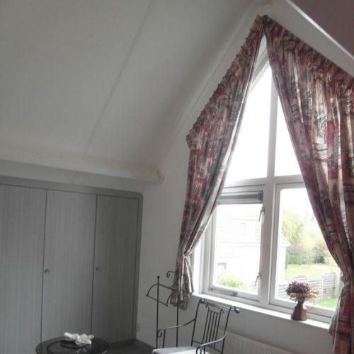 Schlafzimmer mit viel Stauraum fuer Ihre Garderobe und Blick in den Garten